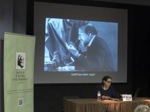 Lina Godoy presentant la l'obra de la família Mas